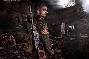 Elena Goldbach Fotoillusionistin blonder Mann mit Schwert