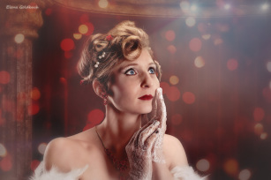 Elena Goldbach Fotoillusionistin blonde Frau mit Hochsteckfrisur