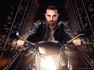 Elena Goldbach Fotoillusionistin Mann am Motorrad